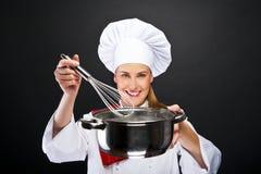 Matlagning- och matbegrepp - le den kvinnliga kocken fotografering för bildbyråer