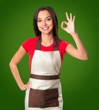 Matlagning- och matbegrepp - le den kvinnliga kocken royaltyfria bilder