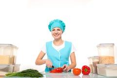 Matlagning- och matbegrepp - le den kvinnliga kocken royaltyfria foton