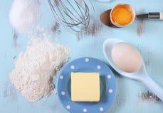 Matlagning och stekhett begrepp med ägg, mjöl, socker och smör royaltyfri bild