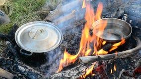 Matlagning på öppen brand med träjournaler arkivfilmer