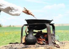 Matlagning på öppnad brand Royaltyfri Fotografi