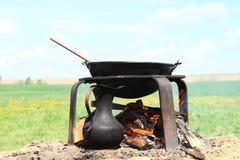 Matlagning på öppnad brand Arkivfoto