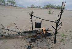 Matlagning på branden royaltyfria bilder