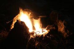 Matlagning på branden arkivfoton