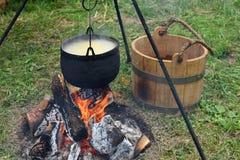 Matlagning på branden arkivbild
