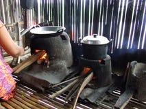 Matlagning på Danau (sjön) Tempe i Sulawesi Arkivfoto