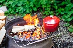 Matlagning på den öppna flamman Fotografering för Bildbyråer