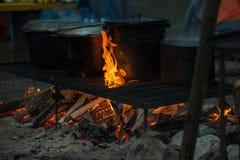 Matlagning på en brand i aktionen royaltyfri bild