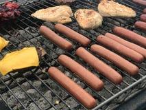 Matlagning på ett utomhus- galler arkivfoto