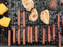 Matlagning på ett utomhus- galler royaltyfri fotografi