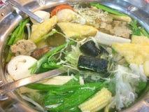 Matlagning på hotpoten royaltyfria bilder