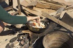 Matlagning på insatsen arkivbilder