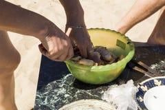 Matlagning på insatsen arkivfoto