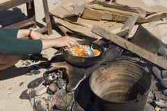 Matlagning på insatsen royaltyfria bilder