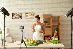Matlagning på kamera royaltyfri fotografi