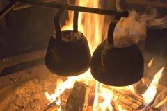 Matlagning på lägerelden royaltyfria bilder