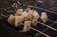Matlagning på naturen Stekhet smaklig bacon på fyrpannan med brasan och kol Royaltyfri Foto