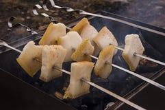 Matlagning på naturen Stekhet smaklig bacon på fyrpannan med brasan och kol Arkivfoto