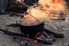 Matlagning på stranden fotografering för bildbyråer