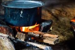 Matlagning på träna arkivbilder
