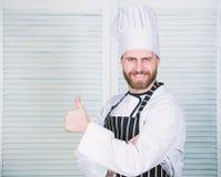 Matlagning ?r min passion Yrkesm?ssigt i k?k kulinarisk kokkonst Kock i restaurang kock som ?r klar f?r att laga mat s?kert arkivbild
