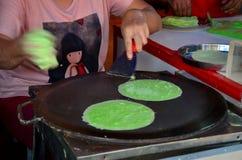 Matlagning Roti Saimai (sockervadd) eller thailändsk sockervaddburrito royaltyfri bild