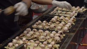 Matlagning som boll-formades på gatamatklimpen, stekte mellanmålmaträtten med den stora tioarmade bläckfisken på Japan Japannamn  arkivfilmer