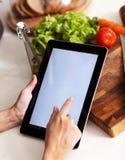 Matlagning, teknologi och hem- begrepp Royaltyfri Foto