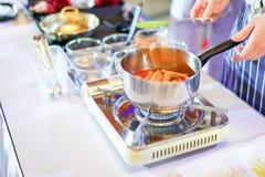 Matlagning Tokpokki, koreansk mattradition royaltyfri bild