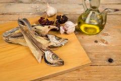 Matlagning torkad fisk Arkivbilder