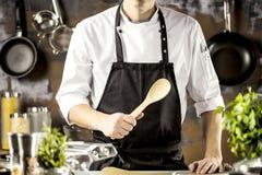 Matlagning, yrke och folkbegrepp - manlig mat för kockkockdanande på restaurangkök royaltyfri foto
