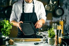 Matlagning, yrke och folkbegrepp - manlig mat för kockkockdanande på restaurangkök royaltyfria foton