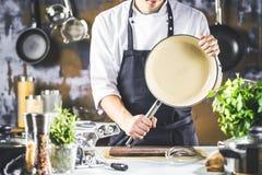 Matlagning, yrke och folkbegrepp - manlig mat för kockkockdanande på restaurangkök arkivfoton