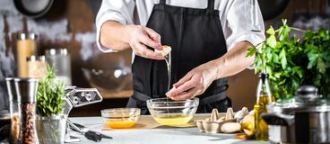 Matlagning, yrke och folkbegrepp - manlig mat för kockkockdanande på restaurangkök arkivbilder