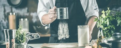 Matlagning, yrke och folkbegrepp - manlig mat för kockkockdanande på restaurangkök fotografering för bildbyråer