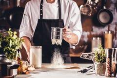 Matlagning, yrke och folkbegrepp - manlig mat för kockkockdanande på restaurangkök arkivfoto