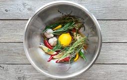 Matlagningbakgrund, örter och smaktillsatsbunke Arkivfoton