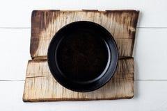 Matlagningbakgrundsbegrepp Tom lantlig svart gjutjärnplatta royaltyfri fotografi