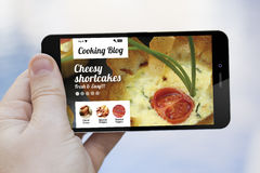 Matlagningblogg på mobiltelefonen Arkivfoto