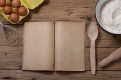 Matlagningbok med tomma sidor med ingredienser för att baka arkivbilder