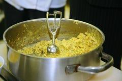 Matlagningen av kryddig ost klumpa ihop sig med röd peppar, vitlök, muttrar och basilika Royaltyfri Fotografi