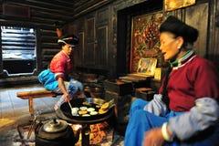 Matlagningflicka och kvinnor, den etniska minoriteten Fotografering för Bildbyråer