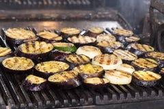 Matlagninggrönsaker på gallret royaltyfria bilder