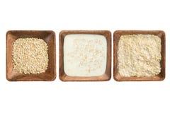 Matlagninghavregröt i träfyrkantig platta royaltyfri bild