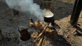 Matlagninghavregröt på brasa arkivfilmer