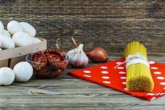 Matlagningingredienser med solen torkade tomaten, vitlök, champinjoner och arkivfoton