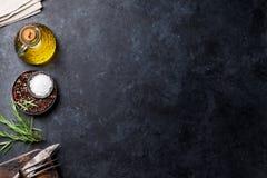 Matlagningingredienser och redskap på stentabellen fotografering för bildbyråer