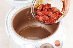 Matlagningkött i Multicooker royaltyfria foton