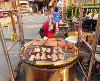 Matlagningkött och ägg på ett enormt galler Royaltyfri Fotografi